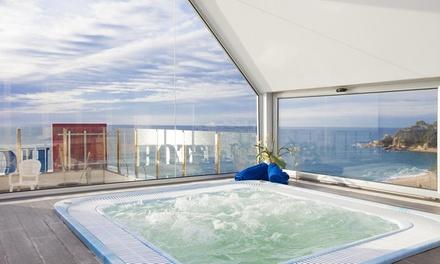 Lloret de Mar: estancia para 2 con entrada a casino y opción copa de bienvenida o desayuno y/o jacuzzi en URH Excelsior