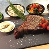 T-Bone-Steak und Crème brûlée