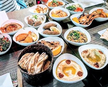 Assortiment de 10 mezzes au choix pour 2 ou 4 personnes dès 24,90 € au restaurant Bey Paris
