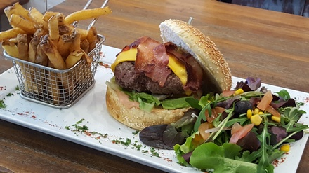 2 burgers et 2 cafés gourmands midi ou soir pour 2 personnes dès 22,50 € au restaurant Chez Max à St Laurent