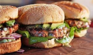 Beef Fabrik: Handgemachter Burger vom Lavasteingrill inkl. Beilage für 2 oder 4 Personen in der Beef Fabrik (bis zu 50% sparen*)