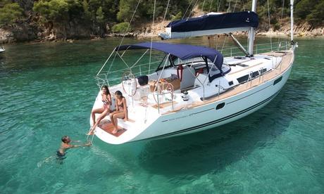 Paseo en velero con picoteo, bebida y baño en alta mar para 2, 4 o 6 personas con Velero Bandolero