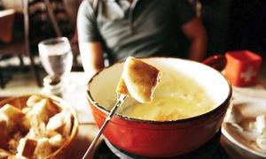 Paula's Wirtshaus: Käsefondue mit versch. Brotsorten, Obst und Gemüse für zwei oder vier Personen in Paula's Wirtshaus (bis zu 52% sparen*)