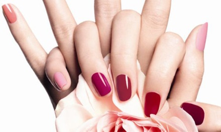 Beauté des mains avec vernis semi permanent, option remplissage gel ou beauté des pieds dès 14 € chez Beauté Sphère