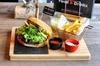 American Burger mit Beilagen