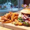 Kiez-Burger mit Pommes und Dips