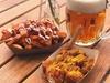 Currywurst mit Beilage und Bier