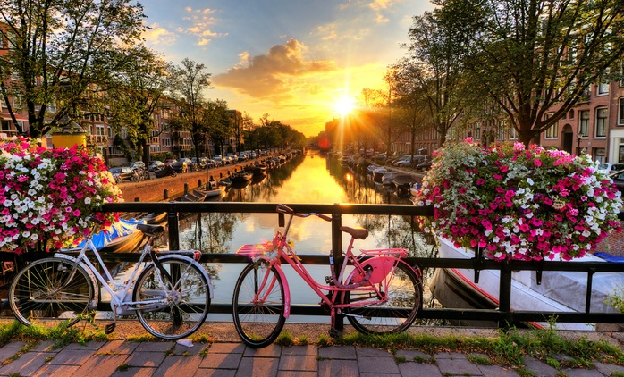 Amsterdam: Panoramic Canal Cruise with Audioguide for Adults and Children
