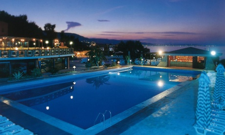 Crotone 4*: 7 notti per 1 in soft all inclusive + 1 bambino fino a 16 anni incluso all'Hotel Casarossa Beach Resort