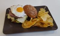 Menú hamburguesa para 2 o 4 con ensalada, hamburguesa o butifarra y bebida desde 11,90 € en Blat&Plat