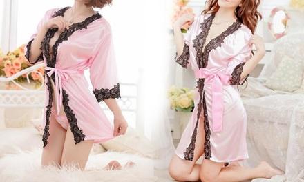 Sensuele satijnen kimono met kant en satijnen string