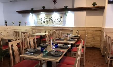 Menú asiático para 2 o 4 con entrante, principal, postre y bebida en Merrily Restaurante (hasta 59%de descuento)