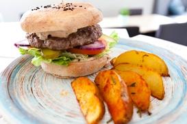 Hygge Bistro: 2 burgery z zapiekanymi ziemniaczkami za 24,99 zł i więcej opcji w Hygge Bistro (do -36%)