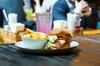 Burger inkl. Pommes frites und Dessert