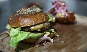 La Vecindad: Desde $114 por sándwich a elección + papas fritas + porrón de cerveza para uno, dos o cuatro en La Vecindad
