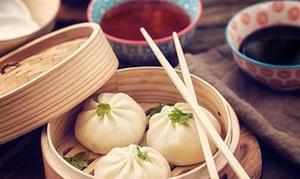 W Oparach Dim Sum Bar: Smaki Azji: pierogi z sałatką i napojem dla 2 osób za 42,99 zł i więcej w restauracji W Oparach Dim Sum Bar (do -34%)