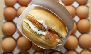 Egg Factory: Morning breakast sandwiches au choix avec jus d'orange ou café pour 2 personnes à 9,90 € au restaurant Egg Factory