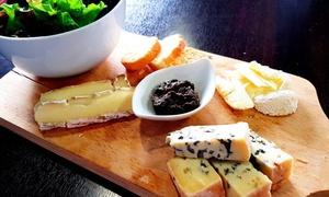 Planches charcuteries et fromages avec vin