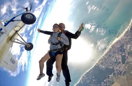 Saut en parachute en tandem à 4200 m à 219 € avec Skydive Soulac