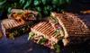 Menü mit Röstbrot, Salat und Limo
