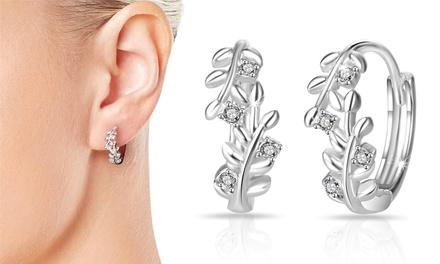 Verzilverde oorbellen van het merk Philip Jones versierd met Swarovskikristallen