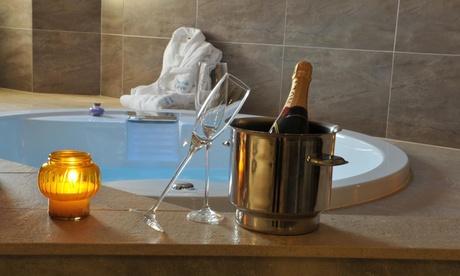 Valencia: 1 o 2 noches para 2 personas en suite con jacuzzi, botella de cava y detalle romántico en Motel Luve