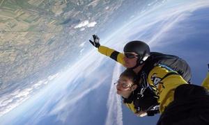 Szkoła Spadochronowa KrakSky: Skok ze spadochronem w tandemie z instruktorem z ponad 3,5 km od 690 zł i więcej opcji w Szkole Spadochronowej KrakSky