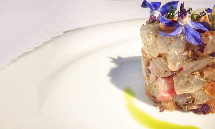Ostriche e crudi di pesce con bottiglia di vino per 2, 4 o 6 persone da Officine del Pesce (sconto fino a 64%)