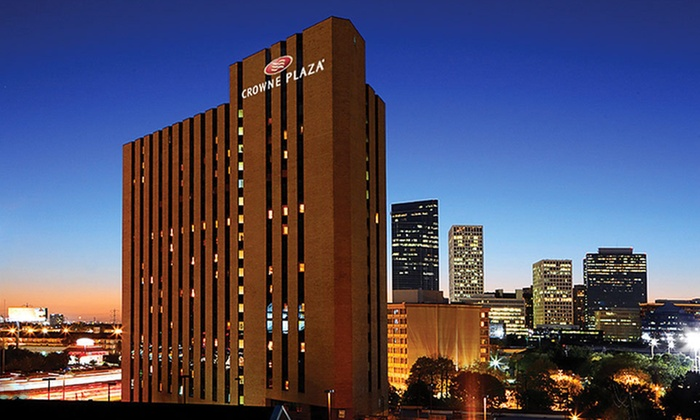 Crowne Plaza Houston River Oaks - Greenway - Upper Kirby: One-Night Stay with $25 Dining Credit, Welcome Drinks, and Parking at Crowne Plaza Houston River Oaks