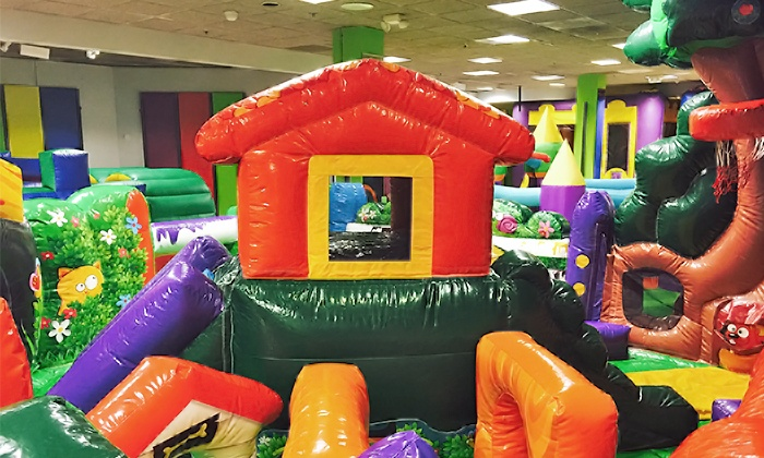 Kids 39 indoor bounce house bounce party place groupon for Indoor party places for kids