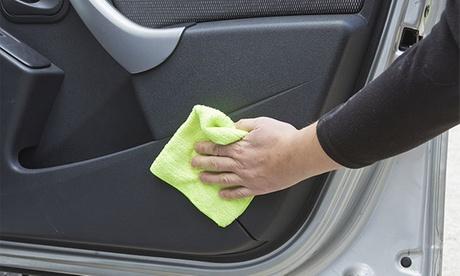 Lavado a mano de interior y exterior de coche por 16€ y con limpieza de tapicería por 39 €. Tienes 3 centros para elegir