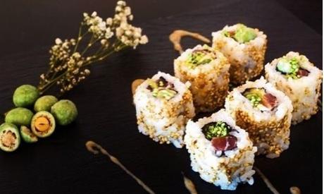 Bandeja de sushi a domicilio de 24 piezas con 2 entrantes y 2 bebidas para 2 personas por 24,95 € en True Sushi