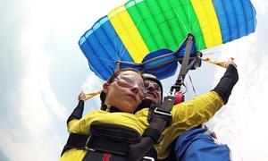 Certyfikowany Ośrodek Szkolenia Lotniczego: Skok w tandemie z wysokości 4000 metrów od 499 zł w Szkole Spadochronowej Skoczek (do -32%)