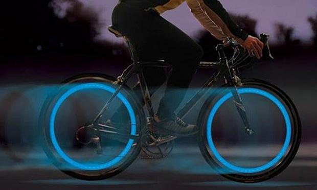 met deze led verlichting ben je altijd en overal gezien het lampje maak je gemakkelijk vast aan het ventiel van de band waarna het een lichtgevende cirkel