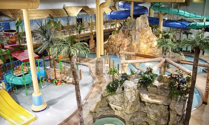 Edgewater Resort and Waterpark - Congdon: One-Night Stay with Pizza, Arcade Credits, and Waterpark Access at Edgewater Resort and Waterpark in Duluth, MN