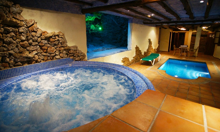 Hotel Rural Almazara - Frigiliana: Málaga: 1 o 2 noches para dos con desayuno, detalle de bienvenida y 1 acceso a jacuzzi en Hotel Rural Almazara