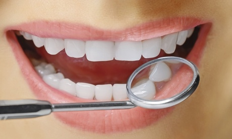 Uno o dos implantes dentales de titanio de alta gama con corona de metal-porcelana y limpieza bucal desde 489 €