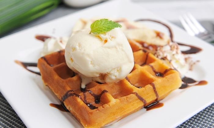 Kaffee Krema Cafe & Tapas Bar - Kaffee Krema Cafe & Tapas Bar: Sweet Mini-Waffle-Kreation mit Eis und Heißgetränk nach Wahl für Zwei od. Vier im Kaffee Krema Cafe (bis zu 53% sparen*)