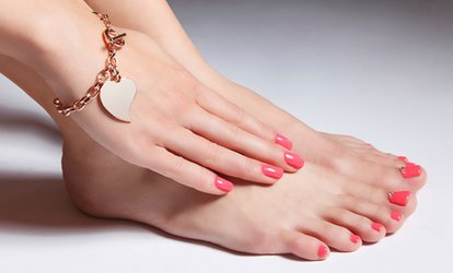 immagine per 3 o 5 manicure e pedicure con smalto semipermanente al salone Caraibi Center (sconto fino a 80%)