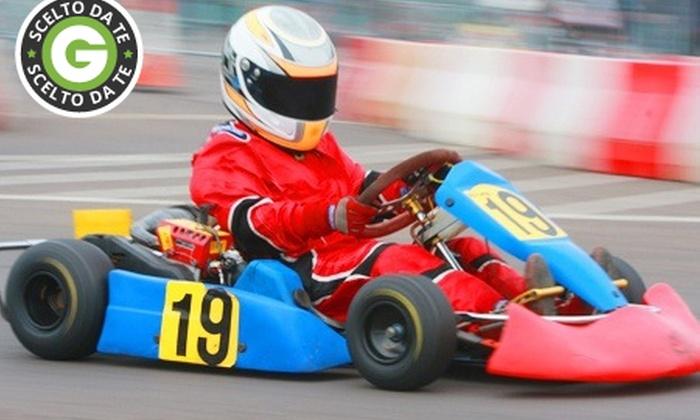Dromo Kart - Dromokart SRL: Corsa in kart di 16 o 32 minuti sul circuito indoor di Dromokart da 14 €