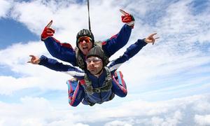 Skydive Cerfontaine: Bon van 100, 200 of € 400 geldig voor een parachutesprong voor 1, 2 of 4 personen vanaf € 19,99 bij Skydive Cerfontaine