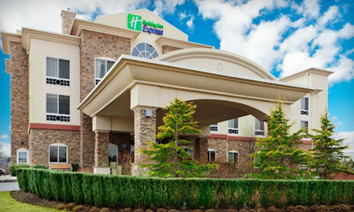 Holiday Inn Express - Riverhead, NY: One- or Two-Night Weekend Stay for Two with Wine-and-Spirits Tasting at Holiday Inn Express (Up to 58% Off)