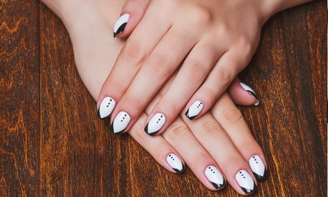 1 o 2 sesiones de manicura y/o pedicura con opción a nail design desde 16 € en HC Nails. 5 opciones disponibles