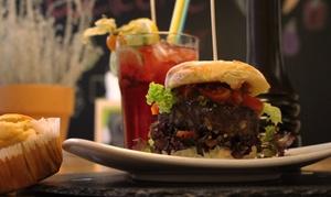 Schwerelos - well kitchen: Burger-Menü inkl. Cocktail und Muffin für zwei oder vier Personen bei Schwerelos – well kitchen (bis zu 53% sparen*)