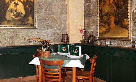Menú para dos personas con entrante, principal, postre y bebida por 22,95 € y con botella de vino por 26,95 €