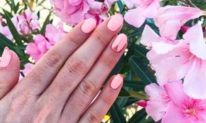 Backstage Beauty Bar: Hybrydowa stylizacja paznokci: manicure (39,99 zł) z pedicure (79,99 zł) i więcej opcji w Backstage Beauty Bar