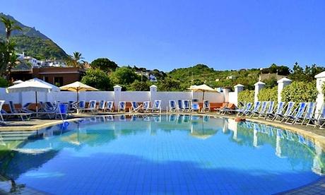 Ischia: fino a 3 notti per 2 persone con colazione o mezza pensione e piscine termali all'Hotel Terme Castaldi