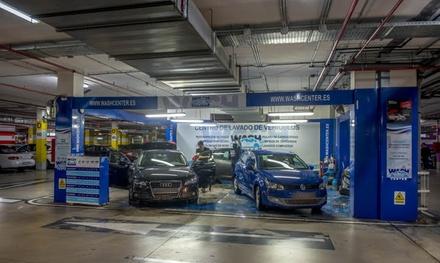 Lavado interior y exterior de coche con opción a limpieza de tapicería en Wash Center (hasta 58% de descuento)
