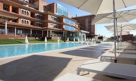Granada: 1 o 2 noches para 2 adultos y 1 niño con desayuno, spa y opción a campus de verano en Hotel Granada Palace 4*