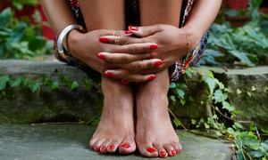 Estetica Nefertiti: 3 o 5 manicure più 3 pedicure estetiche con smalto semipermanente all'Estetica Nefertiti (sconto fino a 87%)